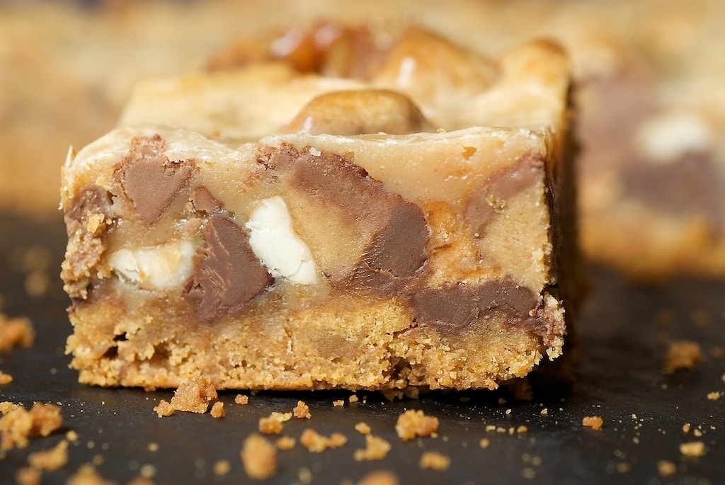 Peanut Butter Candy Bar Squares are a tasty combination of peanut butter sandwich cookies, peanut butter candies, and chocolate. - Bake or Break