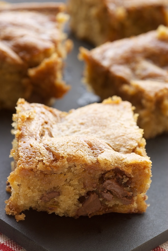 Caramel-Chocolate Chip Cookie Bars are simple, delicious bars packed with plenty of chocolate and caramel. - Bake or Break