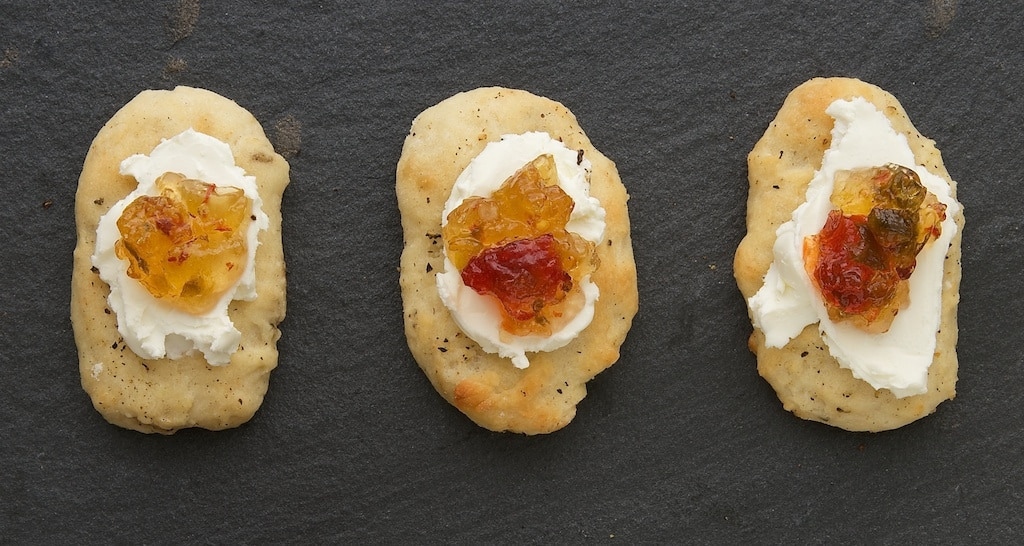 Spicy pepper jelly and tangy cream cheese are the perfect topping for these Hot Pepper Mini Flatbreads! - Bake or Break
