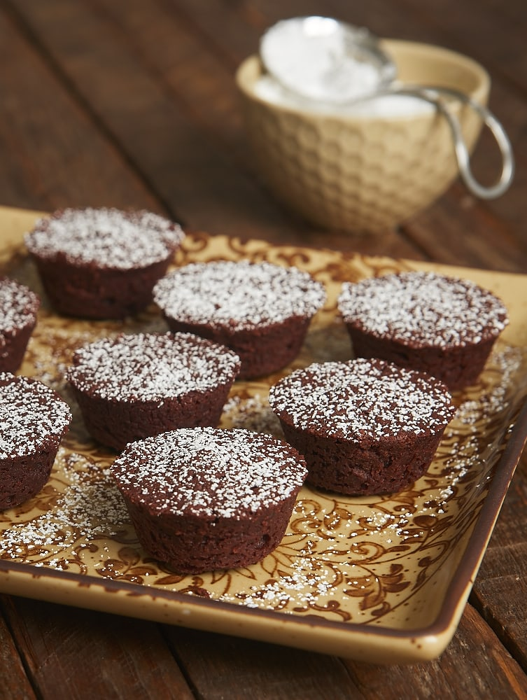 These Kahlua Fudge Cakes pack a big chocolate punch in bite-size form. Perfect for entertaining, gifting, or just snacking! - Bake or Break
