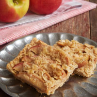 Apples and cinnamon are a match made in dessert heaven. Enjoy that delicious pair in these quick and easy Apple Cinnamon Crumb Bars! - Bake or Break